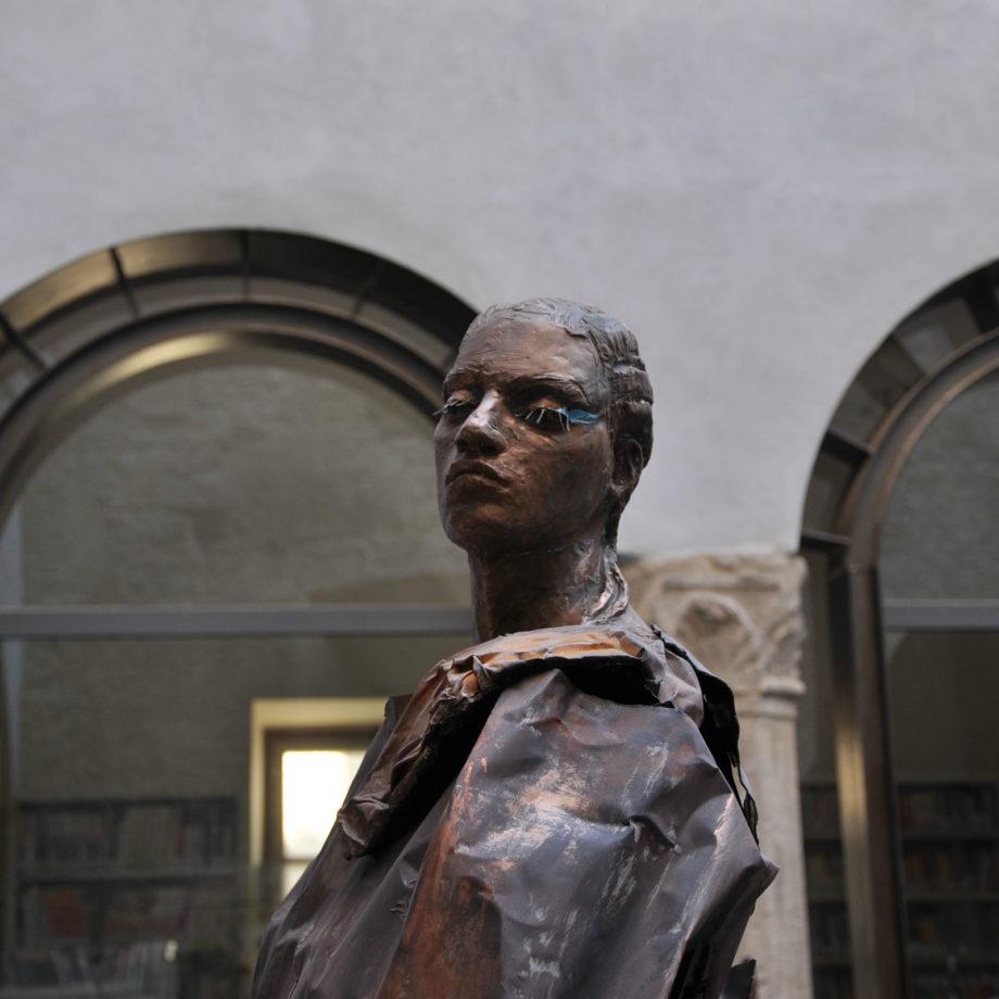"""Dettaglio della scultura """"Odusia"""" presso il Museo dell'Agro Veientano, Palazzo Chigi città di Formello, Roma, 2012. Courtesy Galleria Triphè."""