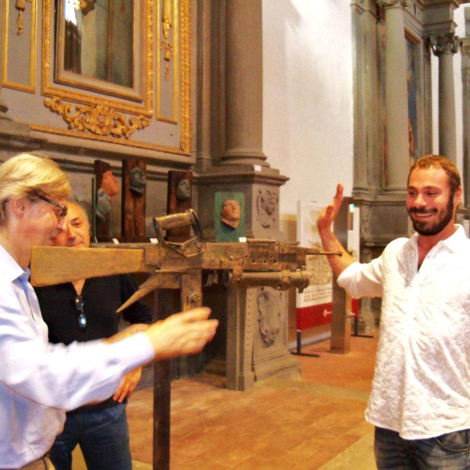 Vittorio Sgarbi in visita alla mostra personale di Alessio Deli presso il Polo Museale di S.Agostino, città di Cortona, 2012.